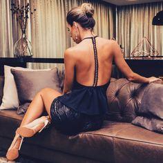 Com corte impecável e tecido encorpado, é o tipo de macacão feminino para festa poderoso, que valoriza as curvas de forma sutil e elegante. #blogdemoda #lookdefesta #lookdodia