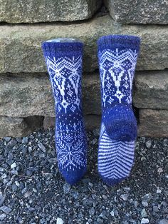 Ravelry: Vinterdrøm sokker pattern by Gro Andersen Knitted Slippers, Wool Socks, Knit Mittens, Knitting Socks, Hand Knitting, Knitting Patterns, Knitting Machine, Vintage Knitting, Stitch Patterns
