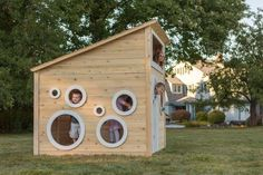 Kinderspielhaus mit runden Fenstern im Hinterhof