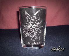 Vaso de sidra grabado a mano con punta de diamante con dibujo de hada. www.todo-artesania.wix.com/detalles