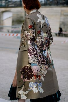 Street Style París Fashion Week - gorgeous jacket with silk flower details Fashion Mode, Look Fashion, Paris Fashion, High Fashion, Winter Fashion, Womens Fashion, Fashion Trends, Vic Beckham, Street Chic