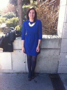 Working Outfit con vestido en azul klein y complementos en dorado