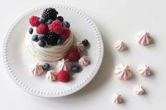 PAVLOVA FRUITS ROUGES Retrouvez sur le blog la sublime et délicieuse recette de Léa : de la meringue, de la chantilly et des fruits rouges : un dessert facile à réaliser et idéal pour épater vos invités ! http://waytwocool.com/index.php/2017/09/30/dessert-pavlova-fruits-rouges/