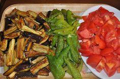 Kış hazırlıklarına ilk olarak yemeklik patlıcanlarla başladım.  Pazardan aldığım patlıcanları önce yıkadım kabuklarını alacalı soy...