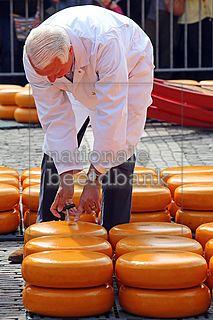 keurmeester aan het werk op de kaasmarkt in alkmaar
