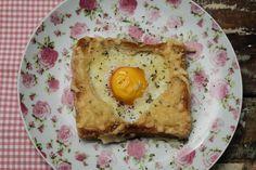 Aprenda a fazer torrada com ovo e crosta de parmesão maravilhosa.