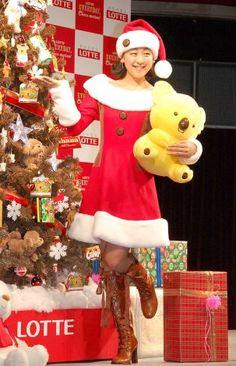 """サンタ風ミニスカで登場した浅田真央=『ロッテ クリスマス・チョコツリー』お披露目・点灯式 (303×470) 「浅田真央、""""ハーフハーフ""""一層強く「スケートが好きなんだ」」 http://www.oricon.co.jp/news/2046127/full/"""