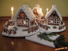 Perníková chaloupka s postupem Christmas Gingerbread House, Christmas Sweets, Kids Christmas, Gingerbread Cookies, Christmas Crafts, Merry Christmas, Christmas Decorations, Xmas, Gingerbread Houses