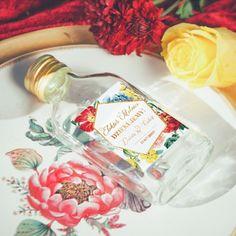Szklana buteleczka z elegancką etykietą to idealny sposób na podarowanie pysznych trunków gościom! Piękne opakowanie i pyszna zawartość to najlepszy upominek, którym podziękujecie im za przybycie! #kolekcjaslubna #kolekcjaflora #podarunekdlagosci #prezentdlagosciweselnych #slub #wesele Flora, Retro, Liquor, Neo Traditional, Rustic, Retro Illustration, Mid Century