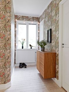 William Morris Wallpaper in a Swedish House with Curved Walls William Morris Wallpaper, Morris Wallpapers, William Morris Tapet, Cosy Living, Decorating Your Home, Interior Decorating, Arts And Crafts House, Home Wallpaper, Interior Design Inspiration