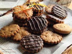 大好きな「マクビティビスケット」をイメージして塩気の効いた全粒粉クッキーにチョコをたらり♪ザクザクの生地にバターとミルク感もプラスして風味豊かに仕上げました✨全粒粉チョコビスケット❁レシピ◆材料 ( 直径4.8cm菊型 約17枚分 )無塩