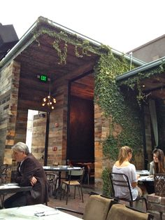gjelina outdoor seating area. mismatched reclaimed wood, ivy.  venice, california.