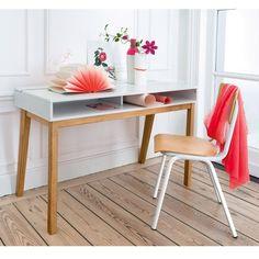 Un bureau résolument dans l'esprit contempo : design élégant, piètement pin massif, rangements adaptés et compartiment sous le plateau !