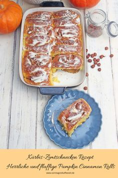 Leckere Kürbis-Zimtschnecken gefüllt mit einem aromatischen Zimtstrudel aus Haselnüssen, Mandeln und gekrönt mit einem dekadenten Ahorn-Frischkäse-Zuckerguss. Diese Zimtschnecken sind perfekt zum Frühstück oder zum Nachmittagskaffee mit der Familie, Freunde und Verwandtschaft. #kürbiszimtschnecken #kürbiszimtschneckenrzepte #kürbisrezept #pumkinrecipes #pumkincinnamon #sonntagsistkaffeezeit Strudel, Sweet Bakery, Pancakes, Baking, Breakfast, Food, Baked Pumpkin, Recipes With Pumpkin, Souffle Dish