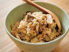 栗原 はるみさんの米を使った「きのこの炊き込みご飯」のレシピページです。たっぷりきのこを炊き込んだ香り豊かなご飯です。ビーフシチューをかけても漬物を添えて食べてもおいしい。 材料: 米、昆布、しめじ、まいたけ、エリンギ、A、好みの漬物、好みのかんきつ