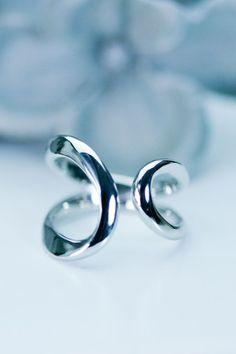 指を挟み込む大ぶりリング。無垢で作ってあるので着け心地もなめらかです。