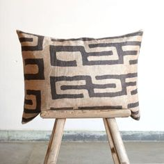 Give your interior an ethnic twist with our new cushions Bimba and Lola. These soft velvet cushions are printed with an authentic pattern of old kuba cloth cloths from Congo. The large 60/60 cm cushion is very suitable for large corner sofas and the small 30/60 cm cushion is ideal as an extra back cushion. Combine the two African designs and your sofa turns into a real eye-catcher!