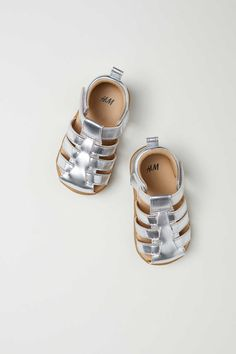 f15014c00 Silver-colored. Sandals in faux suede with an adjustable hook-loop fastener  at