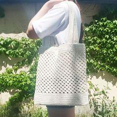 Marvelous Crochet A Shell Stitch Purse Bag Ideas. Wonderful Crochet A Shell Stitch Purse Bag Ideas. Crochet Beach Bags, Crochet Market Bag, Crochet Bags, Crochet Shell Stitch, Knit Crochet, Net Bag, Handmade Purses, Crochet Handbags, Knitted Bags