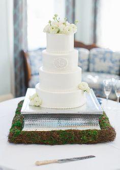 elegant white wedding cake by couture cakes http://www.weddingchicks.com/2013/10/09/elegant-southern-wedding/