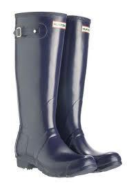 Llegan las lluvias  y llegan las botas de agua  para los días más grises. Cómodas, modernas  y desenfadadas, alegran y dan un toque juveni...