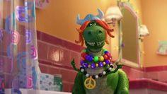 http://www.addictomovie.com/ L'aventure continue donc pour les jouets d'Andy, confiés à la petite Bonnie à la fin de Toy Story 3, en particulier à l'heure du bain. Mais quand la baignoire se vide, que faire pour passer le temps ? Une soirée mousse, bien sûr ! Et voilà que Rex, le tyrannosaure aux trop petits bras, dont se moque Buzz, Woodie et Monsieur Patate, se révèle être un véritable roi de la nuit, en particulier depuis qu'il a fait la connaissance de nouveaux copains phosphorescents !