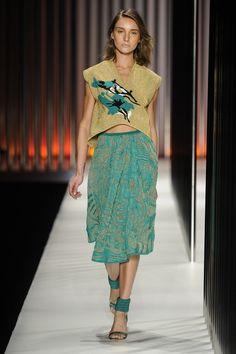 Blusa de tricô dourada com estampa central de flores e saia midi com transparência e bordados de flores azuis em tricô da GIG Couture.  MTP | Verão 2015 Fotos: Agência Fotosite