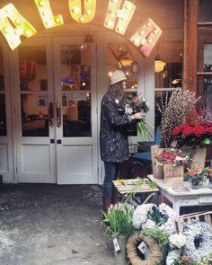 Sunday walk  #maltbystreetmarket #market #marketfood #london #londontrip #flower #aloha #antique #coffeeshop #instafood #instagood #picoftheday #lovethiscity #loveher #iwillbebacksoon by vic_lbls