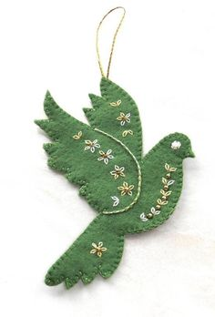 Felt Christmas: Dove (Val Laird: Free patterns for Christmas) Felt Christmas Decorations, Christmas Ornaments To Make, Christmas Sewing, Christmas Projects, Felt Crafts, Handmade Christmas, Holiday Crafts, Christmas Diy, Christmas Patterns