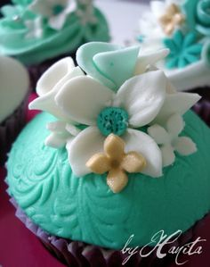 White & Turquoise with a touch of Gold by Cups 'n' Cakes by Hanita, via Flickr