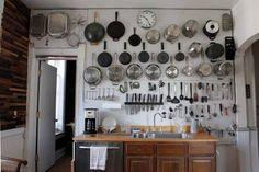 Pode ser um recurso para falta de espaço ou apenas decorativo, o importante é que o ambiente fique organizado e charmoso. Ah, tem também a questão da praticidade, a vida na cozinha pode ser mais fácil se mantivermos contato visual com certos apetrechos.