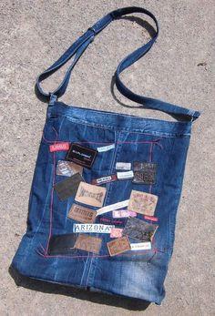 Diese riesige Beuteltasche ist aus einer alten Hilfinger Jeans genäht und besitzt 23 unterschiedliche Jeans-Labels auf der Vorderseite....