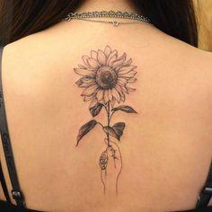 40 simple sunflower tattoo ideas that make you mentally stronger tatoo feminina - tattoo feminina de Sunflower Tattoo Sleeve, Sunflower Tattoo Small, Sunflower Tattoos, Sunflower Art, Sunflower Design, Spine Tattoos, New Tattoos, Body Art Tattoos, Sleeve Tattoos