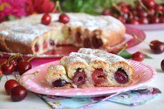 La torta di ciliegie russa è una torta davvero particolare, a partire dall'impasto fino ad arrivare alla sua forma. Si prepara con un impasto senza uova, a