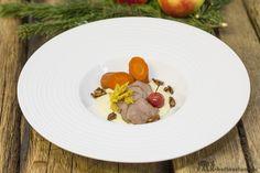 Wildschwein-Zunge mit Möhren in Ahornsirup gegart auf Apfel-Selleriepüree und karamellisierten Maronen mit Madeirajus
