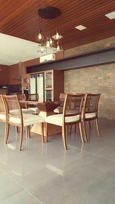 Cozinha linda projetada pela Atos Arquitetura com o porcelanato de grande formato 120x120cm no chão e o porcelanato que reproduz os famosos bricks londrinos na parede.