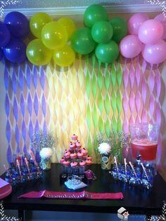 decoracao de festa infantil com bexigas e cupcakes