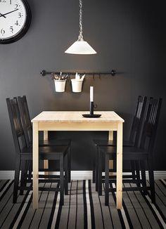 Aprovechar así la pared de la mesa bar de la cocina - Mesa INGO de pino macizo para 4 personas con sillas STEFAN negro-marrón