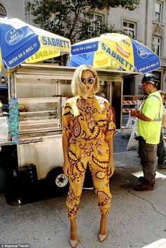 Not missing any opportunity: Beyonce posed up in front of a street vendor beside a workman