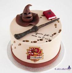 Harry Potter birthday cake by Catcakes (cake design) Bolo Harry Potter, Gateau Harry Potter, Harry Potter Birthday Cake, Harry Potter Food, Harry Potter Desserts, Harry Potter Cupcakes, Fondant Cakes, Cupcake Cakes, Creative Cakes