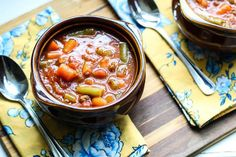 This Hamburger Soup Recipe is hearty, easy, and delicious. This low carb soup is made with flavorful beef and tomato broth that is loaded with vegetables. Low Calorie Recipes, Healthy Recipes, Healthy Eats, Healthy Options, Delicious Recipes, Yummy Food, Hamburger In Crockpot, Crockpot Meals, Dinners Under 500 Calories