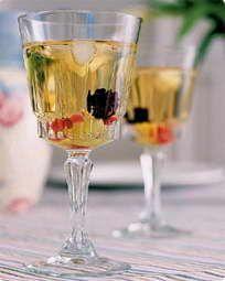 Hyldeblomstbowle opskrift med hvidvin - se opskriften her Nordic Diet, New Nordic, Napa Valley Wineries, Alcoholic Drinks, Cocktails, Wine Guide, Wine Deals, Shipping Wine, Smoothies