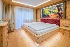 Ein rustikales Zirbenschlafzimmer kombiniert mit Sonnenverbranntem Altholz. Boden ist aus massiver Lärche. Foto Sedlak Relax, Outdoor Furniture, Outdoor Decor, Home Decor, Carpentry, Old Wood, Rustic, Bed, Boden