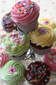Lola's cupcakes  Lola es un concepto de pastelería dedicado al deleite de los sentidos, no sólo por su estética que te incita al deseo sino porque sus sabores son únicos e irresistibles.