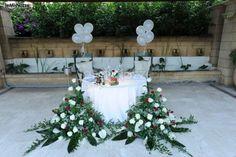 http://www.lemienozze.it/operatori-matrimonio/luoghi_per_il_ricevimento/miceneo-palace-hotel/media/foto/10 Allestimento del tavolo degli sposi con fiori per il matrimonio bianchi e palloncini