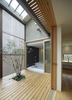 テラス~浴室 : 모던스타일 발코니, 베란다 & 테라스 by LIC・山本建築設計事務所