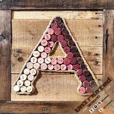 Excellent moyen d'aider UpCycle!  Disponible dans chaque lettre de l'alphabet: A, B, C, D, E, F, G, H, I, J, K, L, M, N, O, P, Q, R, S, T, U, V, W, X, Y, Z  100 % récupéré vin bouchons de Liège et de bois patiné, réutilisée pour apporter un peu de charme et de plaisir à toute la maison ou au travail. En bois véritable massif façonné avec des clous et de colle à bois solide, ce sera se désagrège pas sur vous.  Cadeau parfait pour les amateurs de vin dans votre vie!  L'accrocher sur le mur…