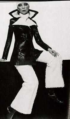 La modelo Penelope Tree con pantalones acampanados de lana y abrigo de cuero - Vogue - 1975