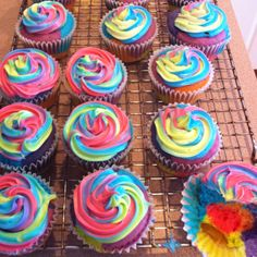 trippy cupcakes :) rainbows make things delicious!