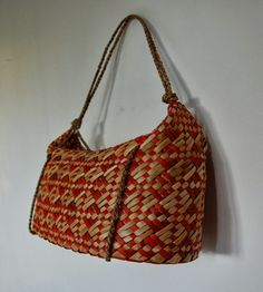 Michelle Mayn: Kete and Bags Flax Weaving, Weaving Art, Weaving Patterns, Basket Weaving, Sisal, Maori Designs, Art Diary, Maori Art, Kiwiana